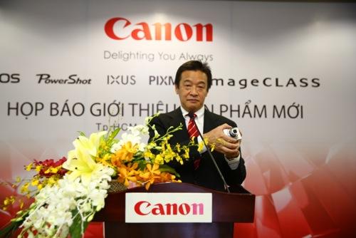 Ông Nick Yoshida phát biểu trong buổi ra mắt sản phẩm đầu tiên của Canon năm 2013
