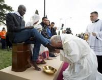 PHỤC SINH 2016: Đức Giáo hoàng Francis rửa chân cho phụ nữ và người tị nạn