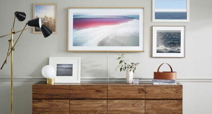 TV Samsung The Frame giờ đây như một khung tranh treo tường.