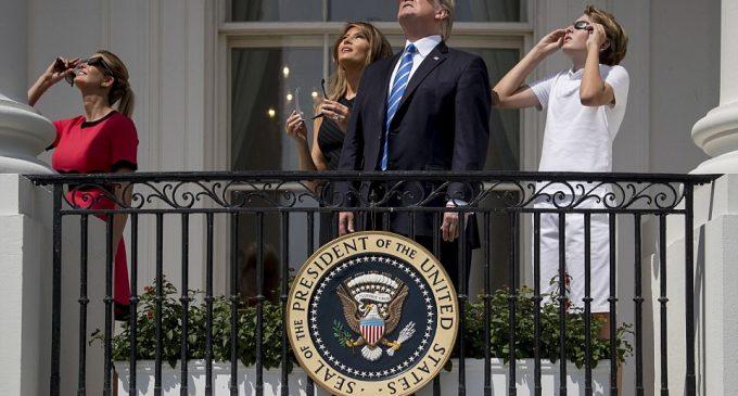 Đệ nhất Gia đình Hoa Kỳ xem nhật thực từ ban-công Nhà Trắng