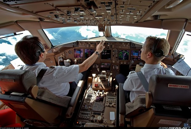 Boeing 777 cockpit - Copy