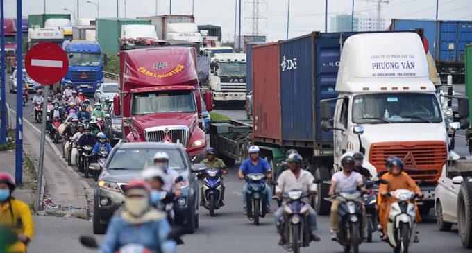 Lẽ ra nên nghĩ cách bảo vệ an toàn cho người đang còn phải đi xe gắn máy…