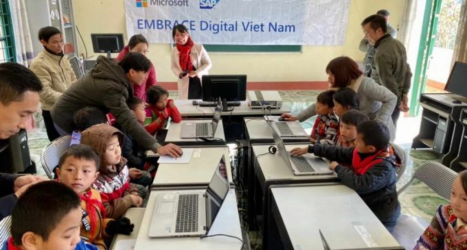 SAP và Microsoft tặng máy tính và đào tạo kỹ năng số cho học sinh vùng cao ở Việt Nam