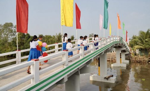 Grab Việt Nam tài trợ xây cầu đến lớp ở Vĩnh Long