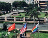"""Lá cờ """"lạ"""" bên quốc kỳ Hoa Kỳ"""