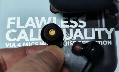Nghe nhạc thử với tai nghe Bluetooth True Wireless Anker Soundcore Liberty Air 2