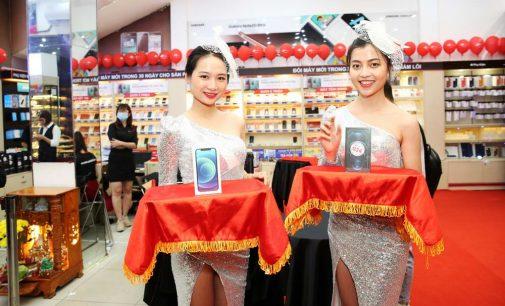 Giữa đêm 26-11-2020, FPT Shop mở bán iPhone 12 series chính hãng